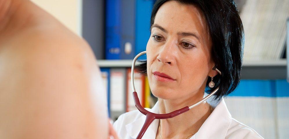 Medizinische Untersuchung bei einer Neurodermitis Studie