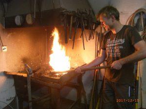 Auf offener Flamme bearbeiten Mitarbeiter des Heilstollens Werkzeuge