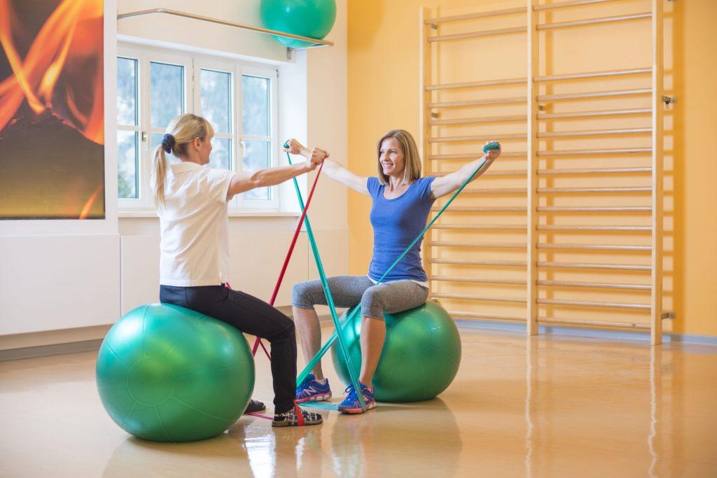 Physiotherapie bei Rheuma mit Ball und Gummibändern
