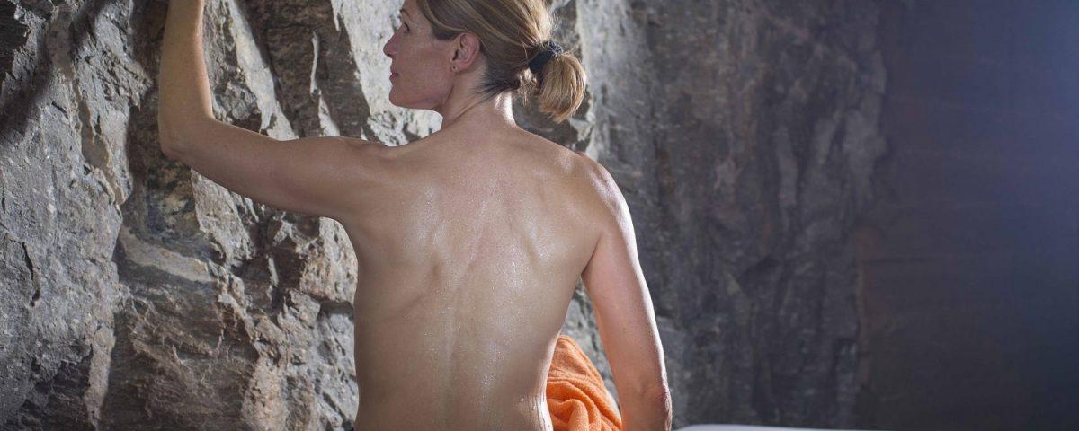 Patientin genießt Wärme bei Gelenkschmerzen