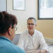 chefarzt-im-medizinischen-gespraech_2401