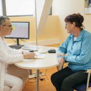chefarzt-mit-patienten-kurgespraech_2583